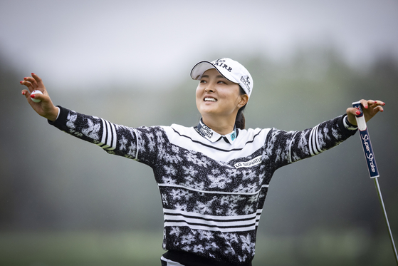 구진영이 10일(현지시간) 미국 뉴저지주 이스트 콜드웰의 마운틴 리지 컨트리클럽에서 열린 LPGA 투어 코그니전트 파운더스컵 4라운드 18홀에서 우승을 자축하고 있다. [EPA/YONHAP]