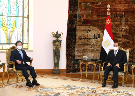 National Assembly Speaker Park Byeong-seung sits across from Egyptian President Abdel Fattah el-Sisi during a meeting at the presidential palace in Cairo on Sunday afternoon, local time. [NATIONAL ASSEMBLY SPEAKER'S OFFICE]