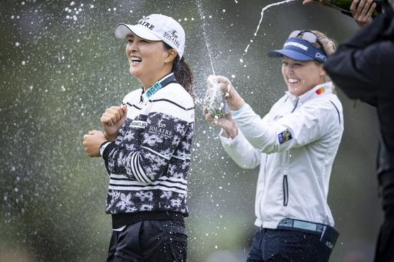 구진영이 10일(현지시간) 미국 뉴저지주 이스트 콜드웰 마운틴 릿지 컨트리클럽에서 열린 LPGA 투어 코그니전트 파운더스컵 골프 토너먼트 4라운드 18홀 우승을 축하하기 위해 투어 멤버들로부터 샴페인 샤워를 받고 있다. 10월 10일. [EPA/YONHAP]
