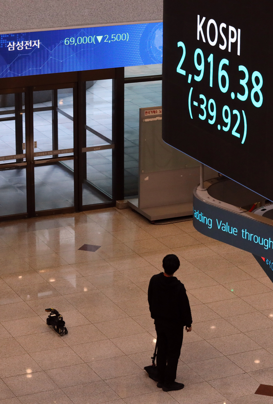 While the main sign board at the Korea Exchange in Seoul on Tuesday shows the Kospi closing below 3,000 on the first day of trade this week after the market was closed Monday for the weekend holiday, another display above the entrance shows Samsung Electronics closing below 70,000 won ($59) per share. This is the first time for the tech giant to close below 70,000 won in 10 months. The last was on Dec. 3 when it ended at 69,700 won per share. [YONHAP]