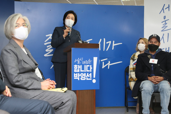 Former Foreign Minister Kang Kyung-wha, left, took part in establishing an international cooperation committee for the campaign of Park Young-sun, center, the ruling Democratic Party's candidate for the Seoul mayoral by-election last year. [OH JONG-TAEK]