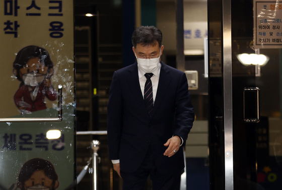 Kim Man-bae, the owner of Hwacheon Daeyu, exits the Seoul Central District Prosecutors' Office in Seocho District, southern Seoul, after questioning by prosecutors ended in the early hours of Tuesday. [YONHAP]