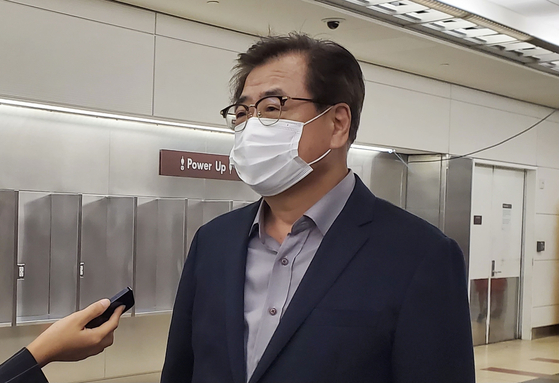 Suh Hoon, director of national security, speaks to a group of reporters at the Reagan airport upon his arrival in the United States on Monday. Suh will be in Washington this week to meet with his counterpart U.S. National Security Advisor Jake Sullivan amongst others. [YONHAP]
