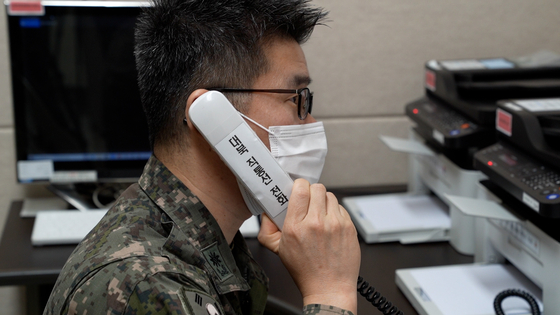 A South Korean military official makes a test call over the inter-Korean military hotline which was restored Monday 55 days after Pyongyang suspended cross-border communication lines in protest of Seoul and Washington's summertime military exercise. [DEFENSE MINISTRY]
