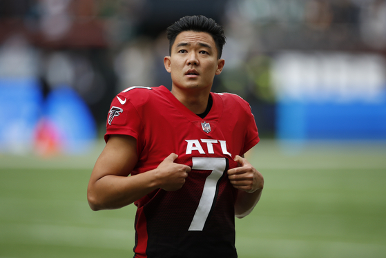 Atlanta Falcons' Younghoe Koo warms up before a match against the New York Jets at Tottenham Hotspur Stadium in London on Sunday. [REUTERS/YONHAP]