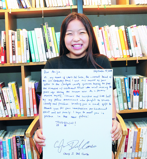 Yoo A-jin, 11, holds a handwritten thank-you letter that she received from Christopher Del Corso, the current head of the U.S. Embassy Seoul. [CHILGOK COUNTY OFFICE]