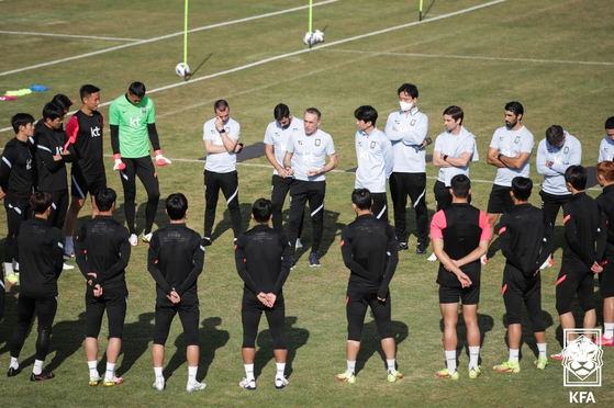 Head coach Paulo Bento, center, talks to the Korean national football team at the Iran National Football Camp in Tehran, Iran on Monday. As of press time, Korea was set to face Iran in the third round of qualifiers for the 2022 Qatar World Cup at 5 p.m. on Tuesday, or 10:30 p.m. in Korea. [YONHAP]