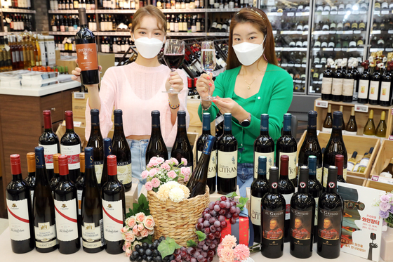 Models introduce bottles of wine sold at Emart's Wine Festival. Starting Thursday, some 1,500 varieties of wines will be offered at a discount of up to 70 percent. The event runs through Oct. 20. [EMART]