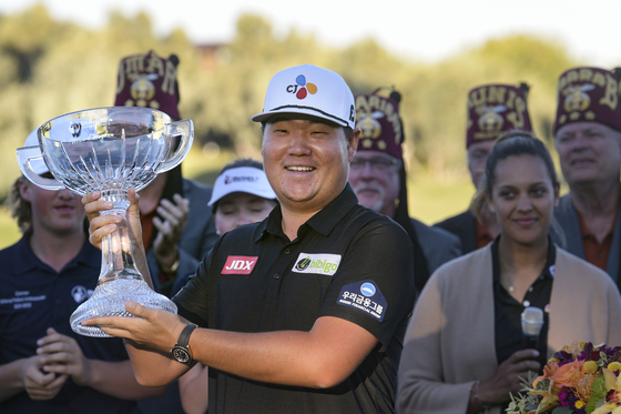Im Sung-jae celebrates his victory in the Shriners Children's Open on Oct. 10 at TPC Summerlin in Las Vegas. Im carded a 24-under-par to win by four strokes. [AP/YONHAP]
