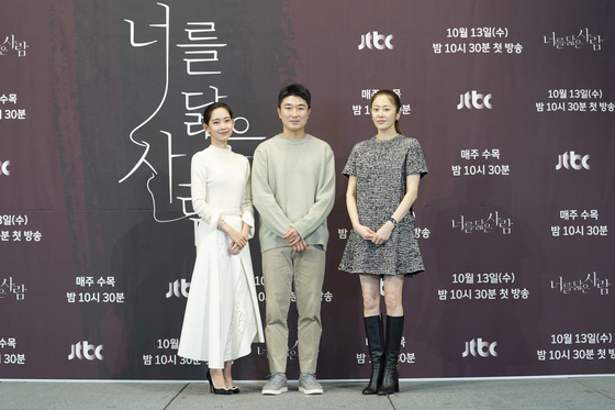 Im Hyun-wook center, director of the upcoming JTBC drama series ″Refelction on You″ attends a press conference for the show on Wednesday with actors Go Hyun-jung, right, and Shin Hyun-been, left. [JTBC]