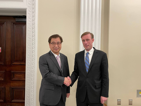 Suh Hoon, South Korea's national security adviser, left, shakes hands with his U.S. counterpart, Jake Sullivan, ahead of bilateral talks in Washington on Tuesday. [KOREAN EMBASSY TO THE UNITED STATES]