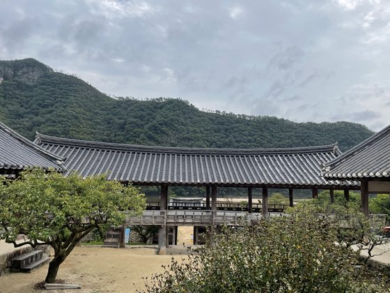 Andong's Byeongsan Seowon, a Confucian academy from Joseon Dynasty, offers a view of the river, mountain ranges and sky. [LEE SUN-MIN]