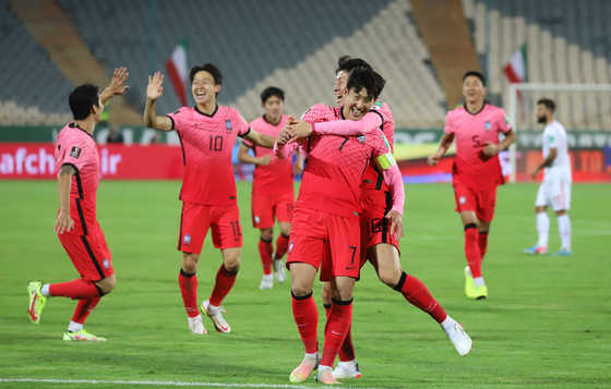 The Korean team celebrates after Son Heung-min, center, scores the opening goal for Korea in the 48th minute of a game against Iran at Azadi Stadium in Tehran, Iran on Tuesday. [YONHAP]