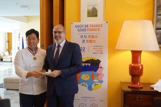 French Ambassador to Korea, Philippe Lefort, right, is with chef Kim Young-hoon at a press conference at the French diplomatic residence in Seoul on Thursday to launch the Goût de France (Good France) festival in Seoul. The festival will be held across restaurants in the city through Oct. 22. [ESTHER CHUNG]