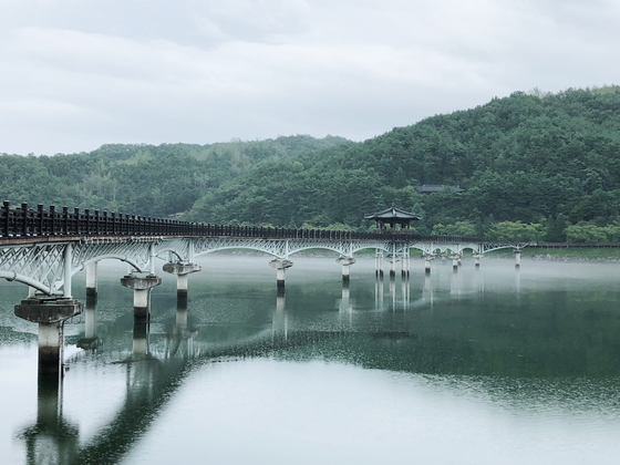 The fog embraces the edges of the Woryeong Bridge to make the entire scene very dreamlike.
