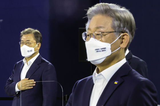 President Moon Jae-in, left, and Gyeonggi, Gov. Lee Jae-myung, the ruling Democratic Party's presidential candidate, attend an event announcing a new national strategy for balanced regional development Thursday at Sejong City, attended by leaders of all 17 municipal and provincial governments. [JOINT PRESS CORPS]