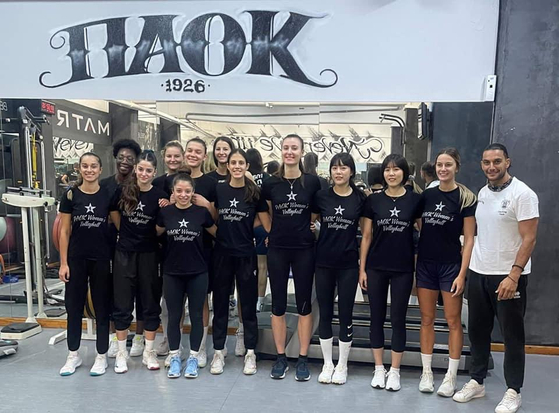 Greek club PAOK Thessaloniki posted a picture of the twin volleyball players Lee Jae-young, third from right, and Lee Da-young, fourth from right, attending their first training session. [SCREEN CAPTURE]