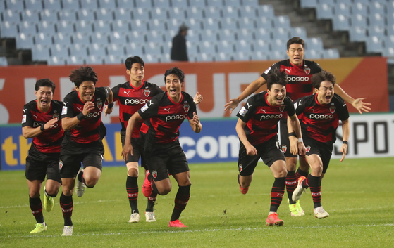 The Pohang Steelers celebrate after beating Ulsan Hyundai in a penalty shootout in the semifinal of the AFC Champions League at Jeonju World Cup Stadium in Jeonju, North Jeolla on Sunday [YONHAP]