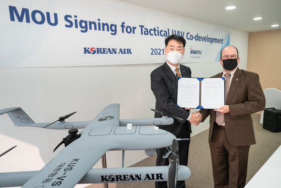 Park Jung-woo, Senior Vice President of Korean Air's Aerospace Business Division, left, and Randy Rotte, Regional Director of International Sales, Asia Pacific at Insitu at an MOU ceremony on Thursday. [KOREAN AIR LINES]