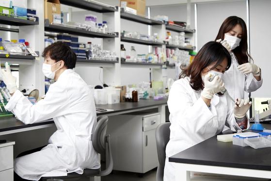 CHA Vaccine Institute researchers conduct tests at CHA Bio Complex in Pangyo, Gyeonggi. [CHA VACCINE INSTITUTE]