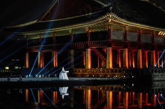 ″Gyeonghoeru Fantasy — Royal Lotus Flower″ is a media art and pansori (traditional narrative singing) show performed at Gyeonghoeru Pavilion inside Gyeongbok Palace, central Seoul. [KOREA CULTURAL HERITAGE FOUNDATION]