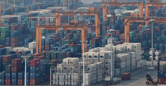 Cargo to be shipped overseas is piled up at a dock in Pyeongtaek, Gyeonggi, on Tuesday. According to the Ministry of Trade, Industry and Energy and Korea Customs Service, as of Tuesday Korea's trade exceeded $1 trillion. Exports so far accumulated to $512.2 billion while imports amounted to $487.8 billion. [NEWS1]