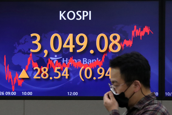 A screen at Hana Bank's trading room in central Seoul shows the Kospi closing at 3,049.08 points on Tuesday, up 28.54 points, or 0.94 percent, from the previous trading day. [NEWS1]