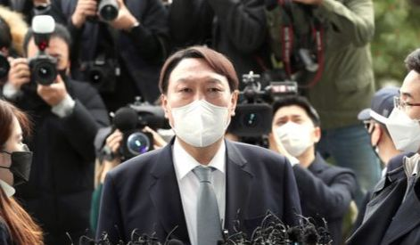 Prosecutor General Yoon Seok-youl on Thursday announces his decision to resign to protest the Moon Jae-in administration and the ruling Democratic Party's plan to weaken the powers of the prosecution. [YONHAP]