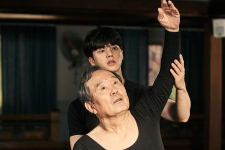 A scene from tvN's ongoing drama series ″Navillera″ features 70-year-old Shim Deok-chul (actor Park In-hwan) learning ballet from 23-year-old Lee Chae-rok (actor Song Kang). [TVN]