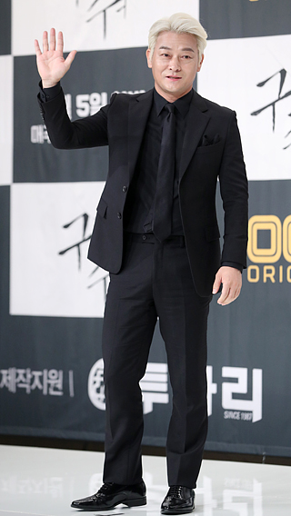 Finding power portraying a difficult leader : Jo Sung-ha's ...
